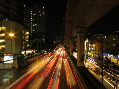 cahaya dari kendaraan yang melaju ditangkap dengan settingan shutter speed yang lama, 3 detik