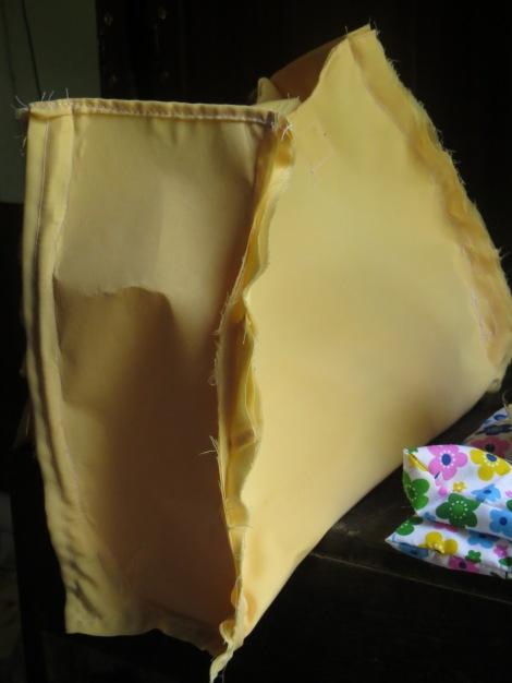 jahit kedua kain kotak ke kain utama membentuk tas.
